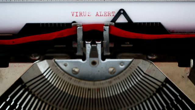 virusvarningstypning med en skrivmaskin - maskinskriven text bildbanksvideor och videomaterial från bakom kulisserna