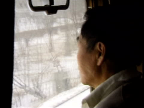 china outbreak/quarantine calls; lib russian federation: siberia: int train chinese people looking out of train window as along people on ice men... - 重症急性呼吸器症候群点の映像素材/bロール