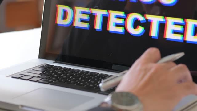 virus gefunden in laptop - computerfehler stock-videos und b-roll-filmmaterial