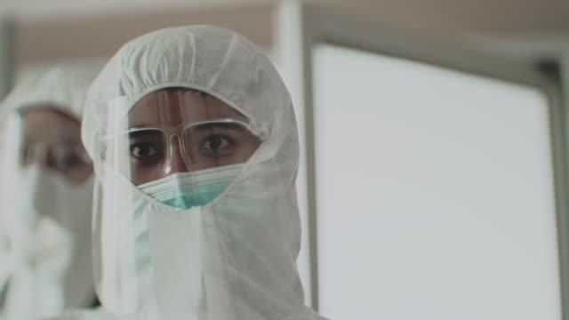 vídeos y material grabado en eventos de stock de guerra de virus - trabajador de primera línea