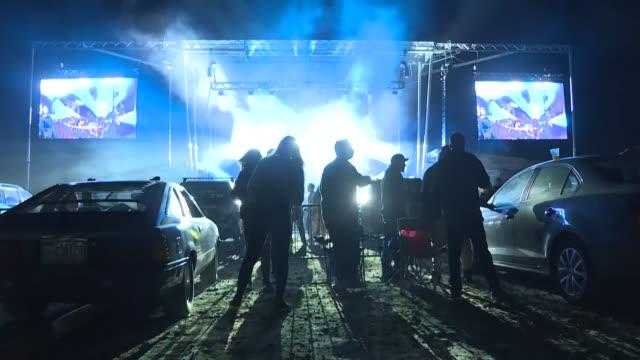 visible desde lejos con sus pendientes destellantes y su chaqueta con lentejuelas, charity valente asiste a su primera fiesta rave en formato... - festival de música stock videos & royalty-free footage