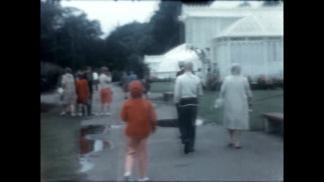 visit to the greenhouse of the conservatory of flowers from an archival home movie reel - orticoltura video stock e b–roll