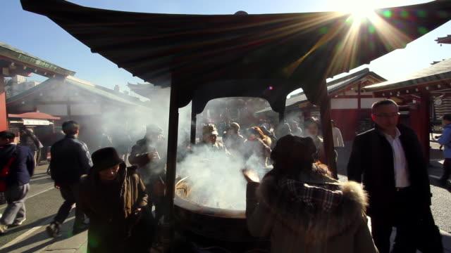 vidéos et rushes de visiting a shrine 1 - fidèle religieux