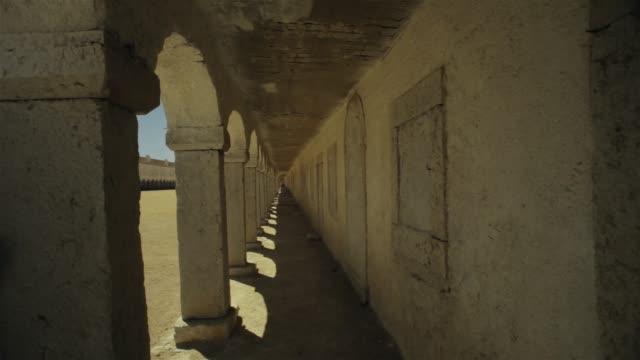 修道院を訪問 - 建築上の特徴 アーチ点の映像素材/bロール