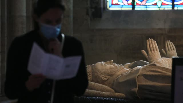 vidéos et rushes de visitor stands next to a tomb of french sovereign at the basilica of saint-denis in the outskirts of paris on july 5, 2020 in saint denis, france.... - christianisme