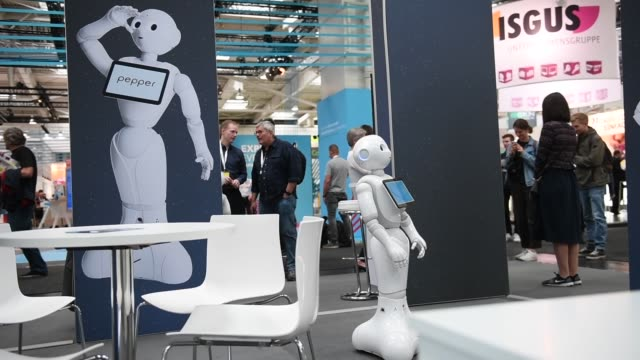 vídeos y material grabado en eventos de stock de visitors are introduced to a robot at the intel stand at the 2018 cebit technology trade fair on june 12 2018 in hanover germany the 2018 cebit is... - ciborg