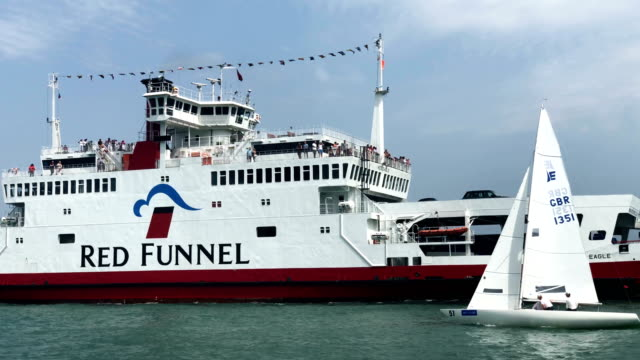 vidéos et rushes de visitors arrive to the isle of white on a red funnel ferry from southampton as yachts sail during the lendy cowes week regatta on august 7 2018 in... - cowes