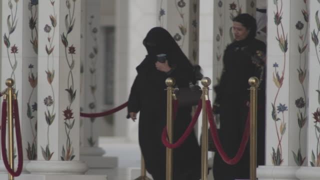 vídeos de stock, filmes e b-roll de ms visitors at entrance sheikh zayed mosque / abu dhabi, united arab emirates - países do golfo
