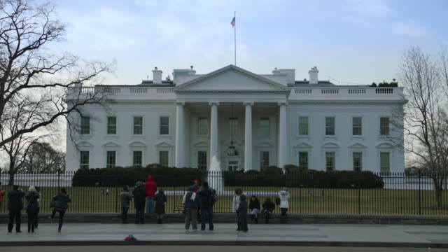 visitors at north side of white house in winter - weißes haus stock-videos und b-roll-filmmaterial