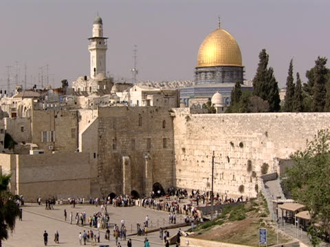 visitors at the western wall in jerusalem. - gerusalemme est video stock e b–roll