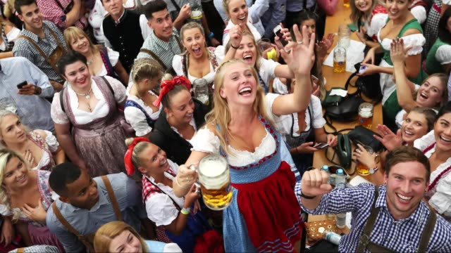 vídeos y material grabado en eventos de stock de visitors celebrate in a beer tent on the opening day of the 2018 oktoberfest beer festival on september 22 2018 in munich germany - baviera
