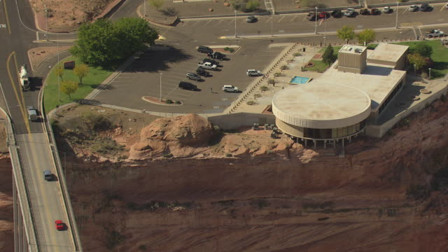 ws aerial zo visitors center and cars driving over bridge at glen canyon dam / arizona, united states - glen canyon staudamm stock-videos und b-roll-filmmaterial