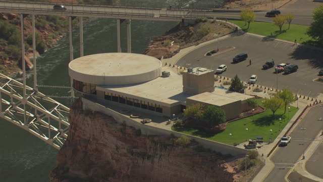 ws aerial ds zo visitors center and glen canyon dam / arizona, united states - glen canyon staudamm stock-videos und b-roll-filmmaterial