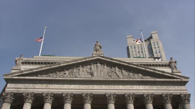 vídeos y material grabado en eventos de stock de visitors exit the new york city county courthouse. - frontón característica arquitectónica