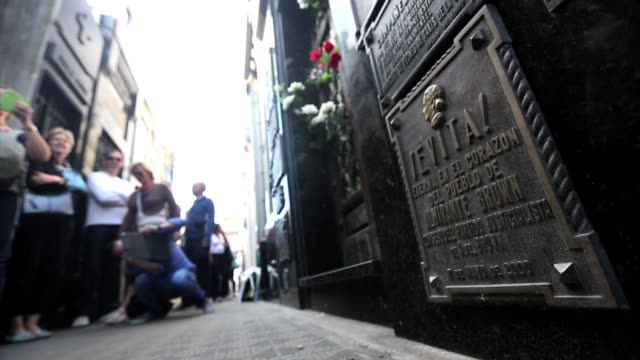 vidéos et rushes de visitors gather at the grave of eva peron at the recoleta cemetery on march 16 2013 in buenos aires argentina scenes from buenos aires argentina on... - buenos aires