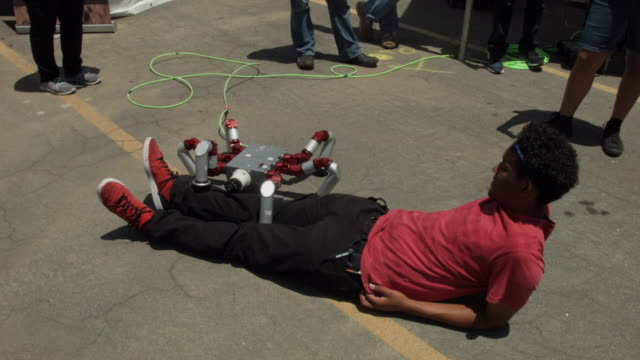 vídeos de stock e filmes b-roll de visitors interact with the hebi robotics snake monster hexapod robot during the defense advanced research projects agency robotics challenge expo at... - ministério da defesa dos estados unidos