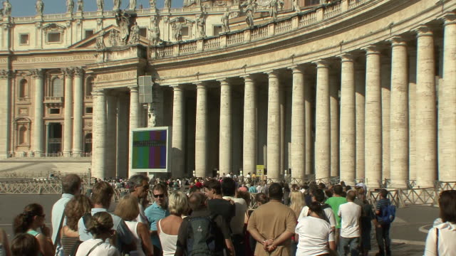 stockvideo's en b-roll-footage met ws zo tu visitors lining up in st peter' square to enter basilica through the bernini colonnade / rome, italy   - sint pietersplein