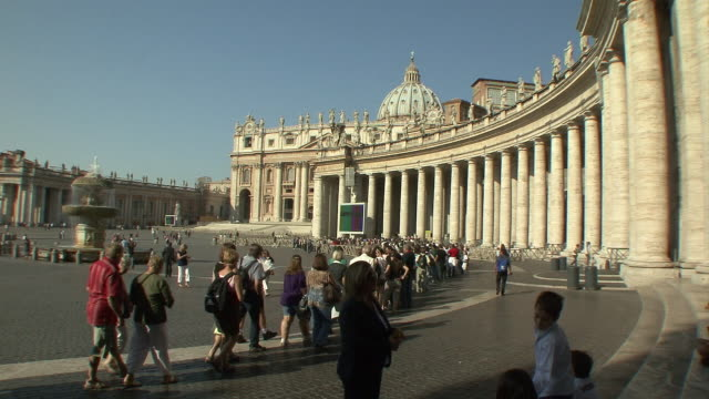 ws visitors lining up in st peter' square to enter basilica through the bernini colonnade / rome, italy   - サンピエトロ寺院点の映像素材/bロール
