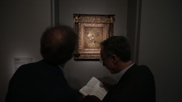 "visitors look a painting called ""scapigliata"" during the exhibition of leonardo da vinci at the louvre museum on january 16, 2020 in paris, france. - kunst, kultur und unterhaltung stock-videos und b-roll-filmmaterial"