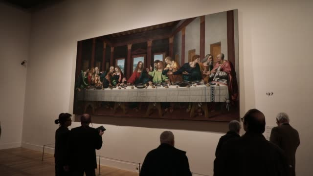 visitors look at a painting which is a copy of the famous canvas last supper by marco d oggiono during the exhibition of leonardo da vinci at the... - kunst, kultur und unterhaltung stock-videos und b-roll-filmmaterial