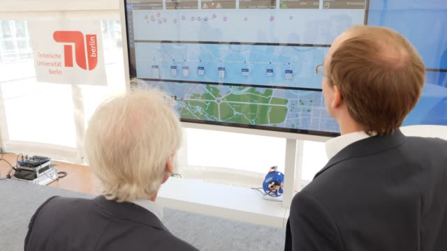 visitors look at the animation about the route of an autonomousdriving car during the presentation and inauguration next to the test route for... - juni bildbanksvideor och videomaterial från bakom kulisserna
