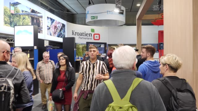 vídeos y material grabado en eventos de stock de visitors look at the booths in the hall where exhibitors from croatia presents their goods at the green week agricultural trade fair on january 18,... - feria comercial