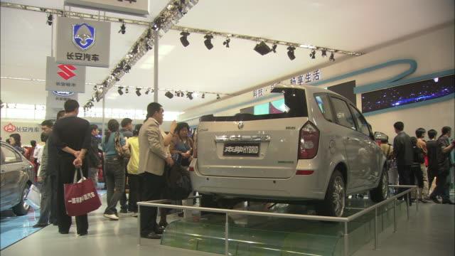 vídeos y material grabado en eventos de stock de ws visitors looking at hybrid car at beijing auto show, beijing, china - coche híbrido