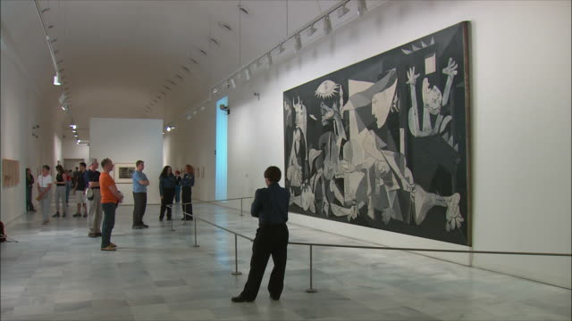 WS Visitors looking at Picasso's Guernica painting, Museo Nacional Centro de Arte Renia Sof?a, Madrid, Spain
