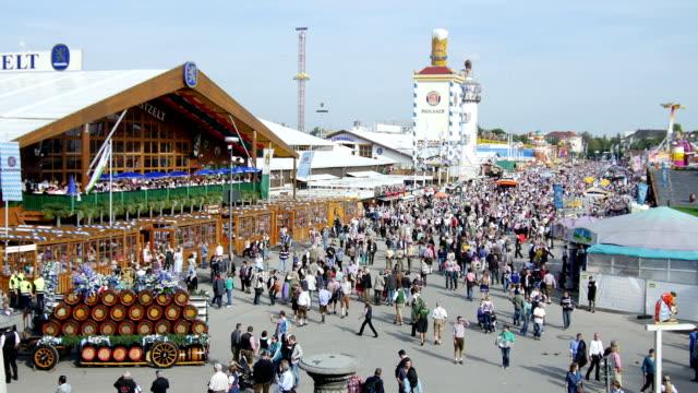 vidéos et rushes de ha visitors of the oktoberfest in munich (4k/uhd to hd) - voiture hippomobile