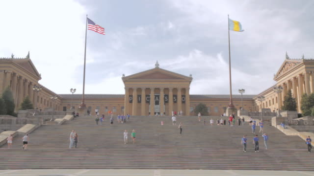 WS Visitors on the stairs at the entrance to the Philadelphia Museum of Art / Pennsylvania, United States