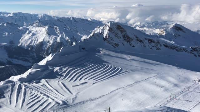 visitors ski down a slope on a glacier on kitzsteinhorn mountain at the kaprun ski resort in the austrian alps on february 8 2018 near kaprun austria... - österrikisk kultur bildbanksvideor och videomaterial från bakom kulisserna