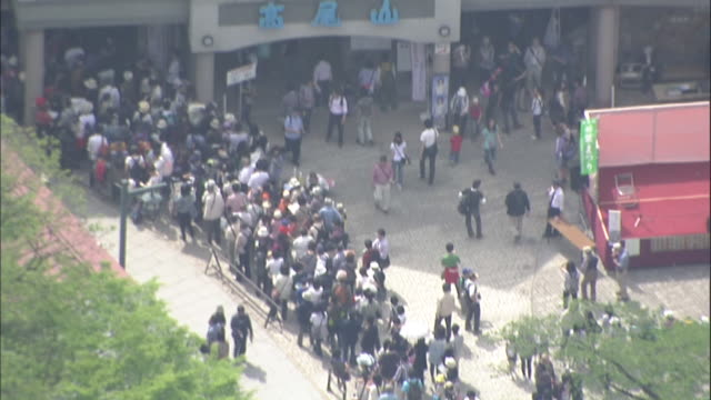 visitors to mount takao wait in a line at the takaosanguchi funicular station. - 列に並ぶ点の映像素材/bロール