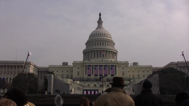 """vídeos de stock, filmes e b-roll de visitors to the united states capitol building listen as """"air and simple gifts"""" written by john williams plays the day before the inauguration of... - pennsylvania avenue"""