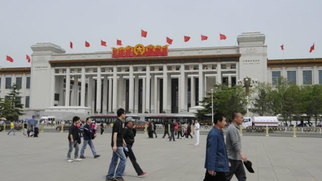 visitors to tiananmen square move near the national museum of china. - 中国国家博物館点の映像素材/bロール