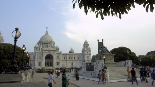 vídeos y material grabado en eventos de stock de visitors walk in front of the victoria memorial in kolkata, india, on friday, may 26, 2017 - calcuta