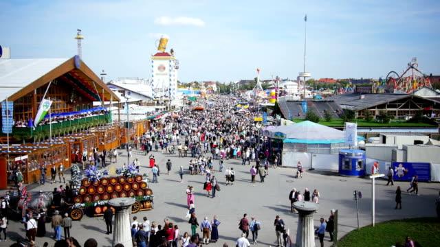 stockvideo's en b-roll-footage met t/l visitors walking through oktoberfest fairgrounds - attractiepark