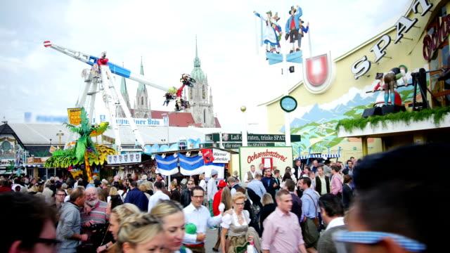 vidéos et rushes de touristes marcher jusqu'au parc des expositions de l'oktoberfest - parc d'attractions