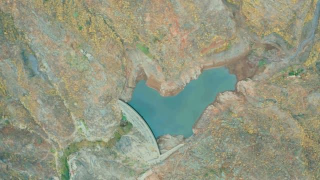 vista aérea de una presa o reserva de agua en un valle en la isla de tenerife. desarrollo sostenible - concrete stock videos & royalty-free footage