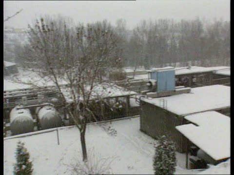 vídeos de stock e filmes b-roll de conflict vitez croats threaten to destroy factory bosnia and herzegovina vitez snow on the ground/snowing int tgv vitez pull out to explosives... - peter snow