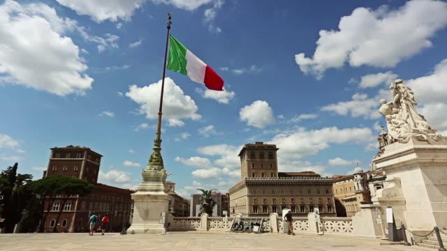 vittorio emanuele-denkmal in rom und italienischer flagge - italienische flagge stock-videos und b-roll-filmmaterial