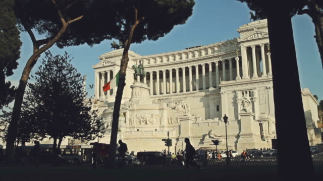 vittorio emanuele monument in rome with tourists and traffic - altare della patria stock videos and b-roll footage