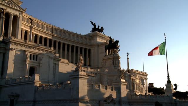 monumento nazionale a vittorio emanuele ii a roma, italia bandiera italiana - bandiera video stock e b–roll