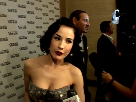 vidéos et rushes de viva glam party for the mac aids fund: red carpet interviews; dita von teese interview sot - on creating giant lipstick routine as a way of promoting... - célébrité