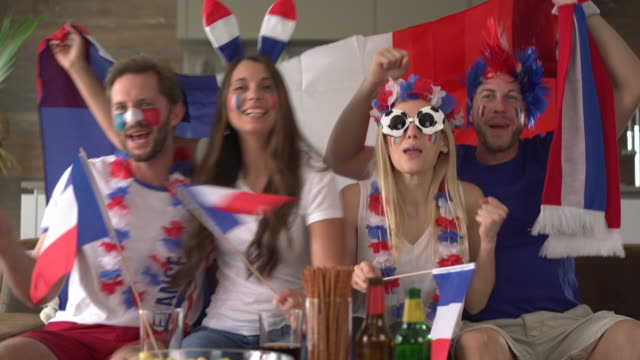 stockvideo's en b-roll-footage met viva la france, french soccer fans cheering for their team - franse cultuur
