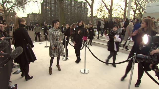 vídeos de stock, filmes e b-roll de vivian hsu at burberry prorsum red carpet arrivals london fashion week autumn/winter 2012 at kensington gardens on february 20 2012 in london england - semana da moda de londres