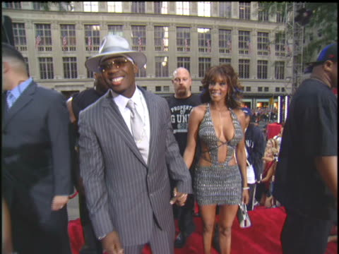 vivica a fox and 50 cent arriving to the 2003 mtv video music awards red carpet - 2003年点の映像素材/bロール
