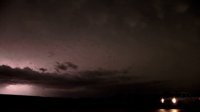 vídeos de stock, filmes e b-roll de vivid lightning at night - supercell thunderstorm - relâmpago em ziguezague