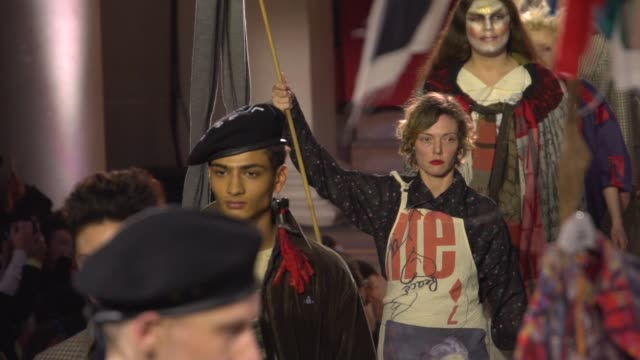 vídeos y material grabado en eventos de stock de vivienne westwood at london fashion week february 2019 - vivienne westwood on february 17, 2019 in london, united kingdom. - westwood
