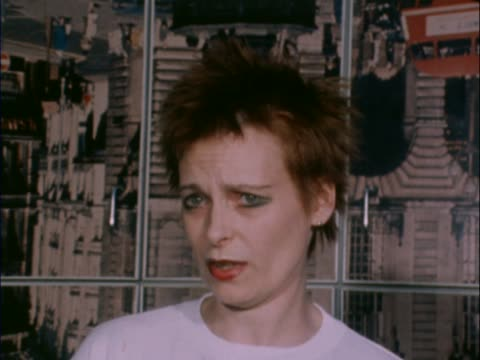 vídeos y material grabado en eventos de stock de vivienne westwood, fashion designer, friend of sid vicious talking about attempts to save him / vicious t-shirt pull out punk clothes. - westwood