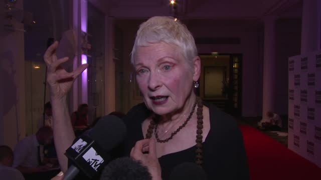 vídeos de stock, filmes e b-roll de vivienne westwood on the independence vote, property prices and capitalism at the scottish fashion awards 2014 on 1st september 2014 in london,... - westwood